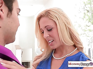 Glamur mature mom learns young couple fuck