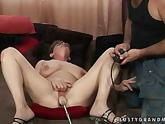 Granny gets her pussy fucked until she squirts